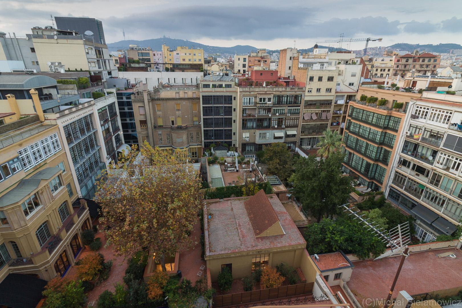 """La Pedrera (Casa Milà) widok z dachu na wnętrze """"kwadratu"""""""